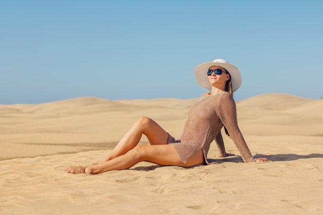 cfa62c8757e5 Plážová sezóna je v plnom prúde a aj na tomto mieste potrebuje mať každá  žena po ruke svoju vernú kabelku. Plážové trendy a potreby skutočnej ženy  však nie ...